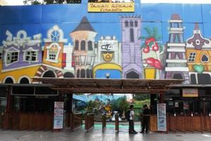 2-Taman Remaja Surabaya (TRS) tampak depan adalah wahana permainan tertua di Kota Surabaya, Kamis (234). Gegeh Bagus '