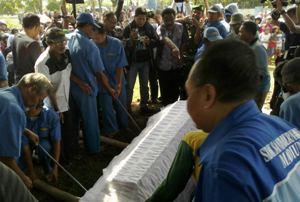 Pemakaman Terpidana Mati Diiringi Isak Tangis Pacar