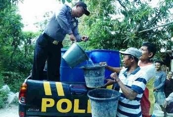 Pantau Keamanan Sambil Bagikan Air