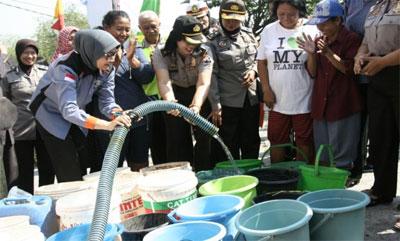 HUT Polwan, Polres Blitar Sebar Air Bersih