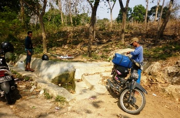 Warga Tuban Cari Air Bersih hingga 2 Km