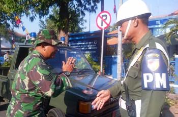 PM Kab.Mojokerto Razia Atribut TNI Ilegal