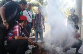 Gedung Dewan Kosong Petani Bakar Tembakau