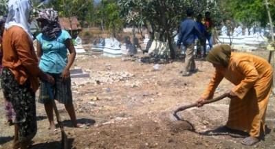 Warga Sampang Protes Proyek Tanah Kuburan