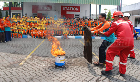 SDM 6 Surabaya Diajari Cara Memadamkan Kebakaran