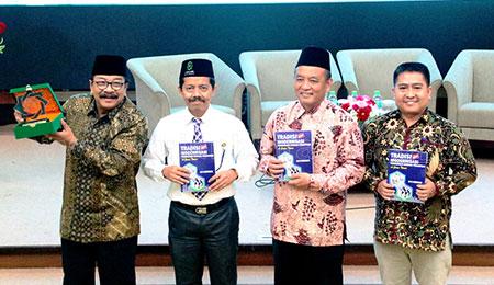 UINSA Bedah Buku Karya Mantan Gubernur Soekarwo