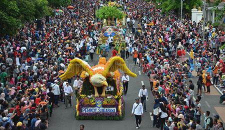 Ribuan Masyarakat dan 13 Wali Kota Saksikan Parade Surabaya Vaganza