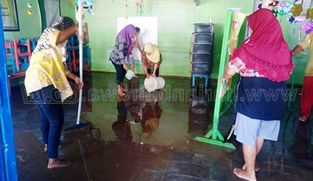 Pasca Banjir, Ramai-ramai Bersihkan Pos PAUD