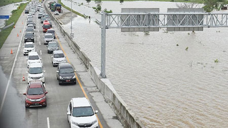 Bupati Anna Tinjau Bengawan Solo, Bupati Ipong Antisipisi Bencana Susulan
