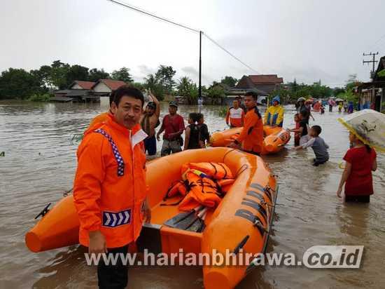 BPBD Kabupaten Tulungagung Evakuasi Korban Banjir dengan Perahu