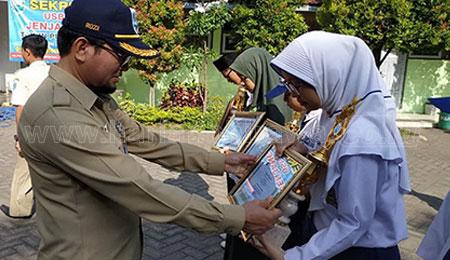 Dispendik Serahkan Penghargaan Juara OSN SMP