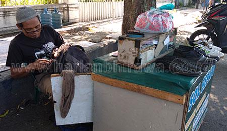 Cerita Sono Salam, Tukang Sol Sepatu dan Tas Rusak di Situbondo