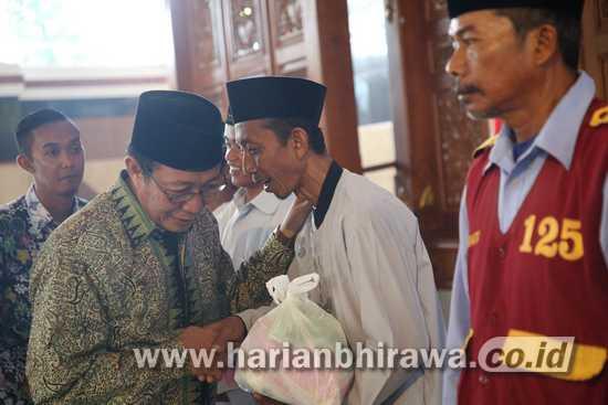 Bupati Fathul Huda Berbagi Kebahagian Bersama 600 Abang Becak dan PKL