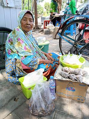 Kisah Pilu Nenek Ateng, Pedagang di Ujung Jl Adityawarman Surabaya