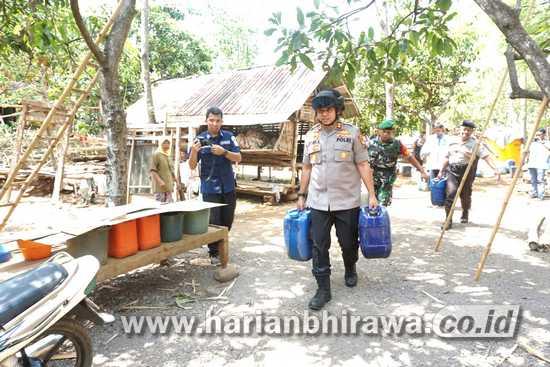 Bantuan Air Bersih Polresta Pasuruan Diserbu Warga