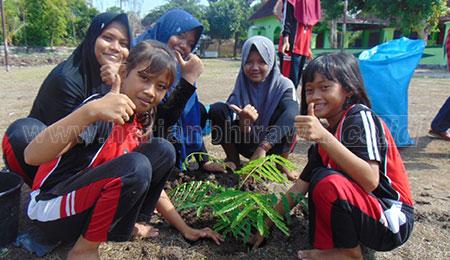 Lestarikan Lingkungan, Ratusan Siswa SD Tanam Pohon