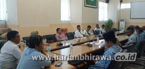 Perangkat Desa Curahjeru Kabupaten Situbondo Wadul ke DPRD