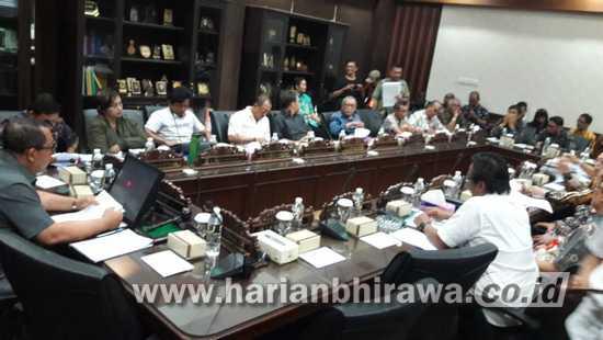 Tuntut Kejelasan, Puluhan Eks Karyawan PT KAI Datangi DPRD Jatim