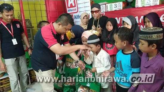 Lazismu dan Alfamidi Salurkan Donasi Konsumen ke Sanggar Alang-alang