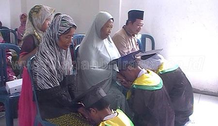 Ketiga Tahfidz MTs NU Sungkem pada Orang Tuanya