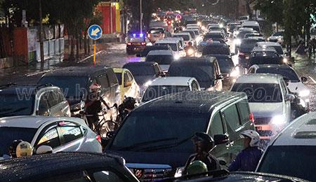 Hujan Deras, Surabaya Sempat Banjir dan Macet