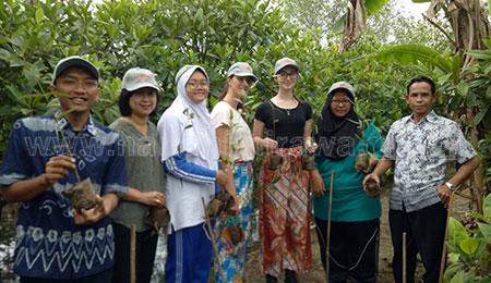 Smamda Ajak Siswi Australia Tanam 100 Pohon di Mangrov