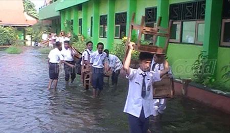 Siswa SMPN 2 Tanggulangin Evakuasi Bangku Buat Belajar