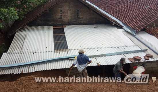 Dua Rumah Warga Mojo Kabupaten Kediri Diterjang Longsor