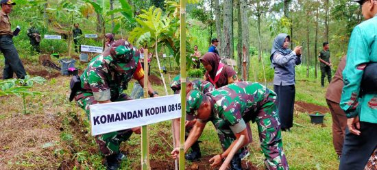 Ratusan Personel 0815 Mojokerto Hijaukan Lereng Welirang Tanam 2500 Pohon