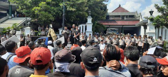 Tuntut Mundur, Warga Lempari Kotoran ke Patung Berwajah Bupati Jember Faida