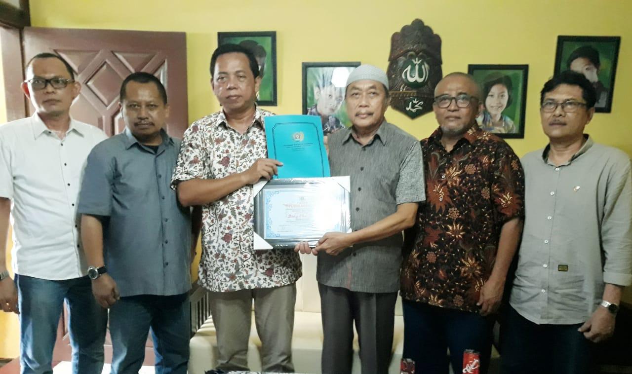 PWI Jatim Serahkan Penghargaan dan Tali Asih Tiga Wartawan Senior