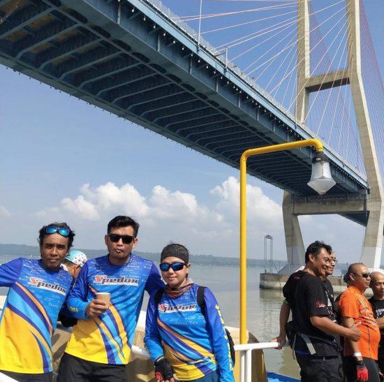 HUT Pertama Spedox, Nikmati Kuliner Nusantara di Atas Kapal Ferry di Bawah Jembatan Suramadu