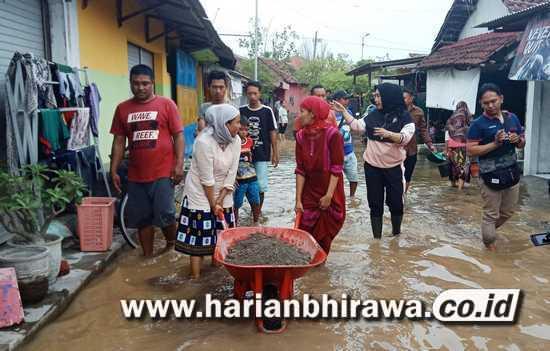 Banjir Tak Kunjung Surut, DPRD Sidoarjo Kerahkan Warga Bersihkan Sampah