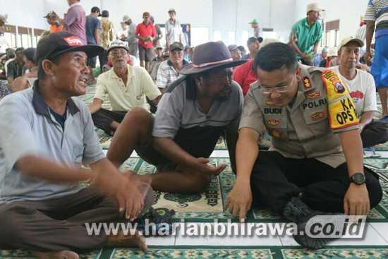 Jalin Komunikasi, Kapolres Bojonegoro Cangkruan bersama Abang Becak