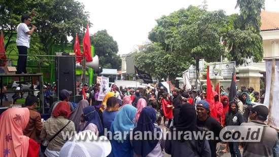 Kompak Demo DPRD Kabupaten Gresik Desak Sekda AHW Dinonaktif