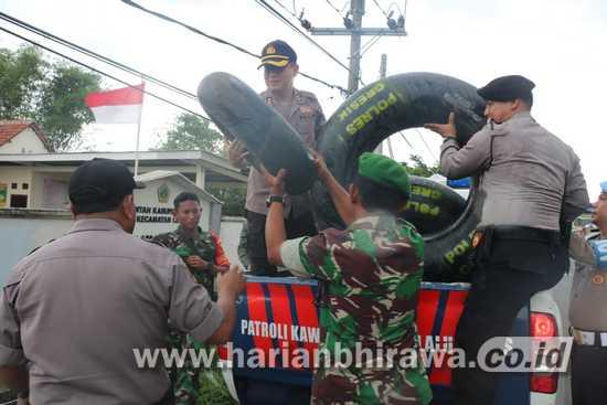 Polresta Gresik Droping Ratusan Ban Antisipasi Banjir Kali Lamong