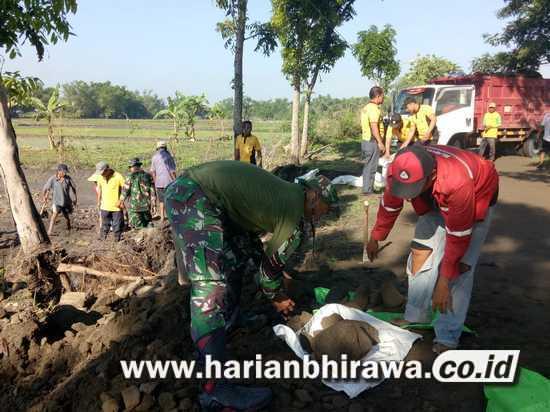 TNI dan Rakyat Bangun Jalan Desa Mangunan Kabupaten Jombang