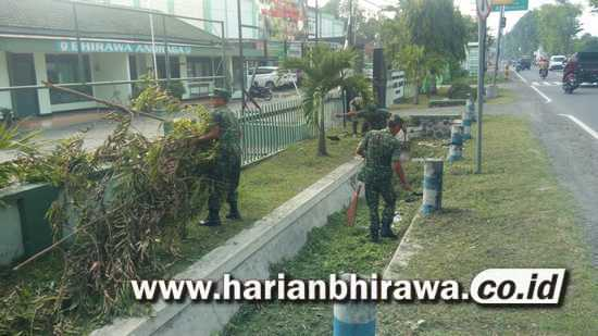 Anggota Koramil 0814/03  Tembelang Jombang Bersihkan Markas