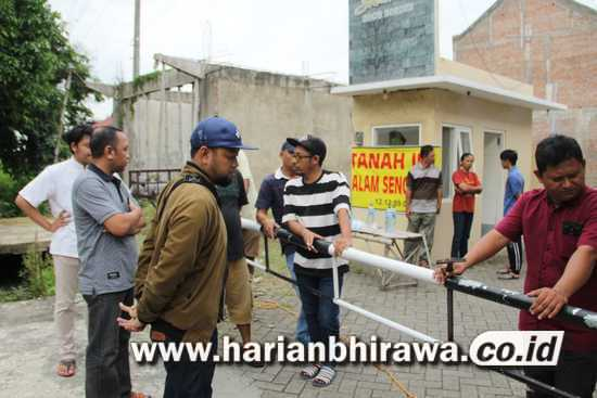 Merasa Ditipu Pengembang, Pemilik Tanah Segel Perumahan di Jombang