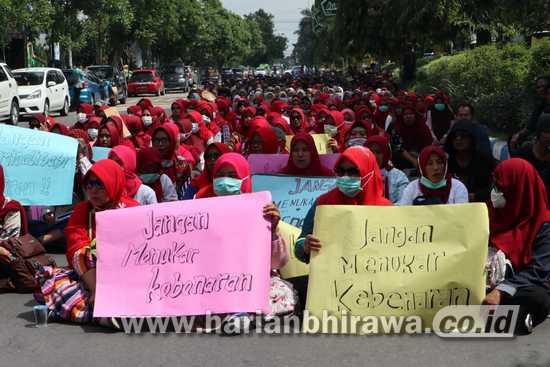 Sangkal Pelecehan Seksual, Ratusan Massa Demo di Polres Jombang