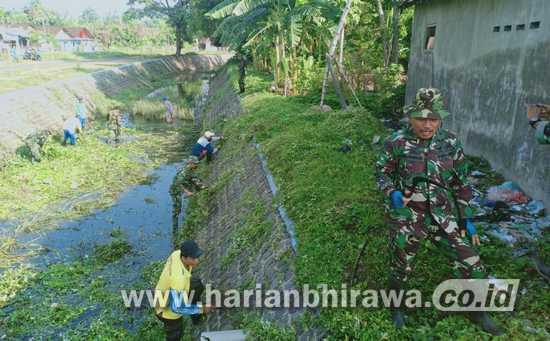 Anggota Koramil 0814/10 Mojoagung Jombang Bersihkan Aliran Sungai