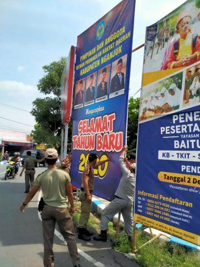 """Satuan Polisi Pamong Praja Kabupaten Nganjuk """"Bredel"""" Spanduk Liar"""