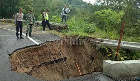Jalan Raya Ponorogo-Pacitan Ambles Sedalam 10 Meter