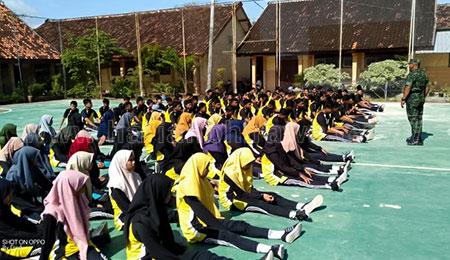 Siswa SMKN Kasiman Bojonegoro Dibekali TNI Wasbang