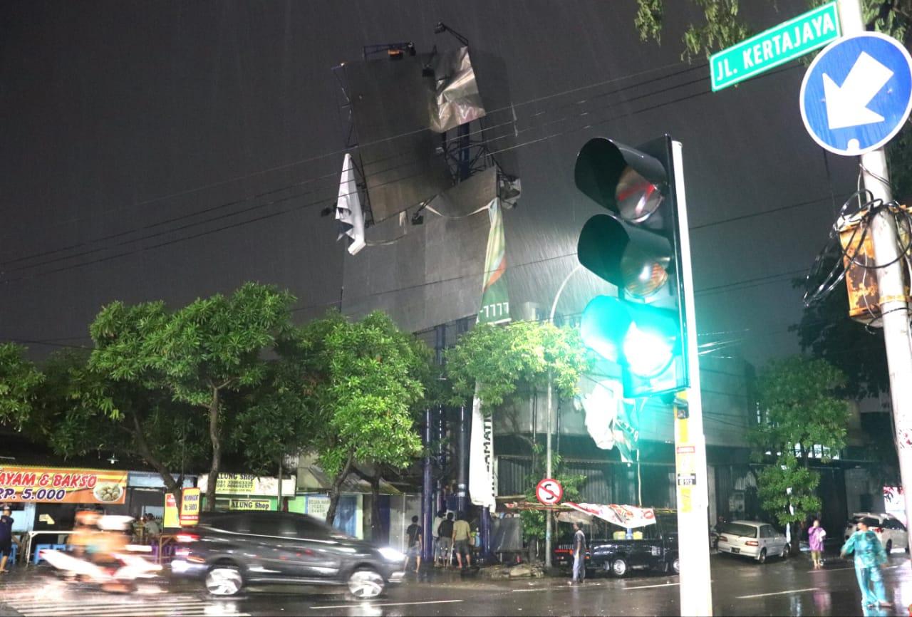 Hujan Angin Rontokkan Reklame