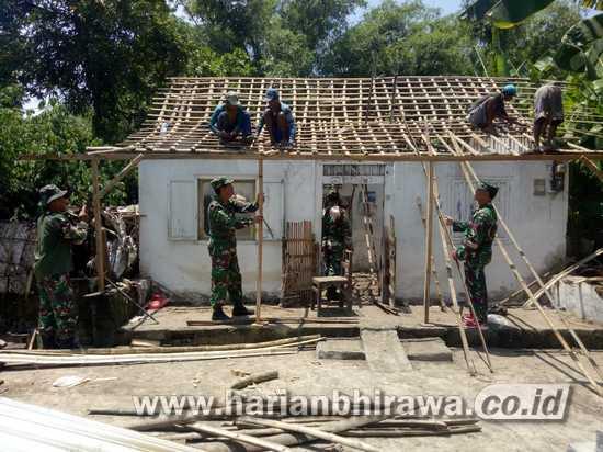12 Anggota Koramil Trowulan-Pemdes Benahi Rumah Mbah Saman