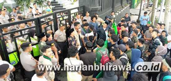 Tolak Omnibus Law, HMI Datangi Gedung DPRD Kota Malang