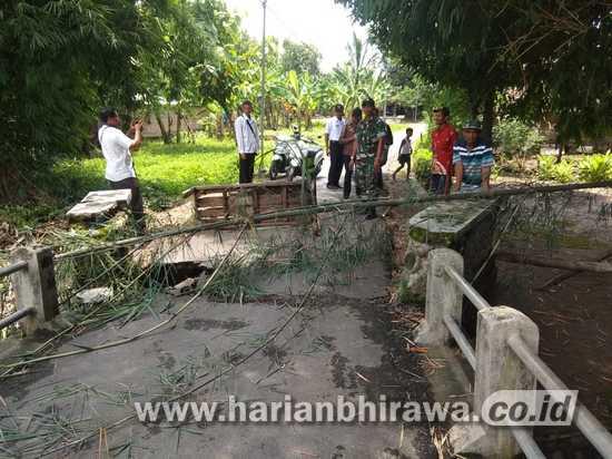 Babinsa Koramil 0814/09 Pantau Jembatan Ambrol di Desa Binaan