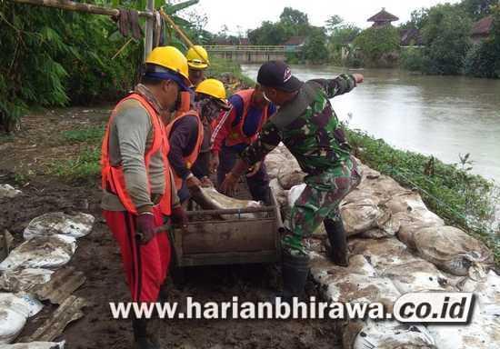 Antisipasi Banjir, TNI Bantu Warga Benahi Tanggul Sungai Afoer