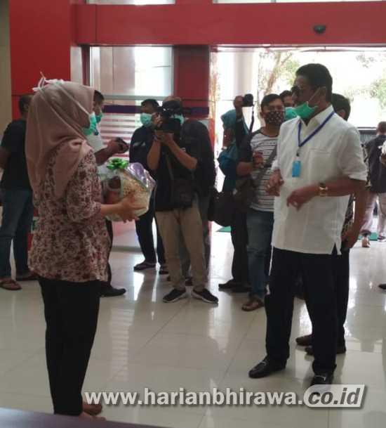 DPRD Kota Kediri Bagikan Masker dan Hand Sanitizer di Fasilitas Publik